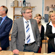 Bildungsministerin Britta Ernst (li) informiert sich im Zentrum für Gewerbeförderung der Handwerkskammer Potsdam in Götz über ein Projekt zur beruflichen Orientierung für junge Flüchtlinge. (Foto: MBJS)