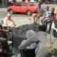 Junge geflüchtete Menschen erneut im Gedankenaustausch mit den Senioren vom Seniorenheim Freudenquell Eberswalde am Mahnmal, der in der Reichskristallnacht zerstörten Synagoge, in der Eberswalder Goethestraße (Foto: lobetal.de)