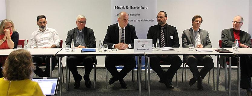 """Glaubens-Dialog """"Religionen und Weltanschauungen"""" (Quelle: tolerantes.brandenburg.de)"""