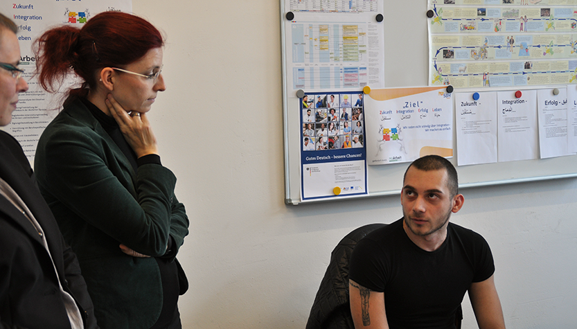 Ministerin Golze spricht auf ihrer arbeitspolitischen Tour mit Mitarbeitern vor Ort (Foto: MASGF)