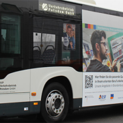 Buswerbung des IQ Netzwerks (Foto: brandenburg.netzwerk-iq.de)
