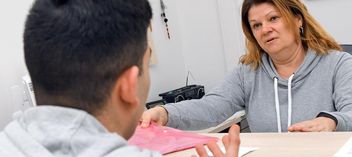 Kommunales Integrationszentrum in Frankfurt (Oder): Annette Stolze, Migrationssozialarbeiterin der Stadt, unterhält sich mit einem jungen Flüchtling aus dem Iran. (Foto: Patrick Pleul/dpa-Zentralbild/ZB)