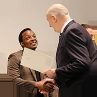 Malack Silas bei seiner Auszeichnung in der Staatskanzlei
