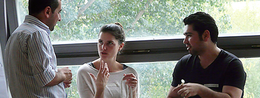 Drei junge Menschen ins Gespräch vertieft (Foto: www.german-african-partnership.org)