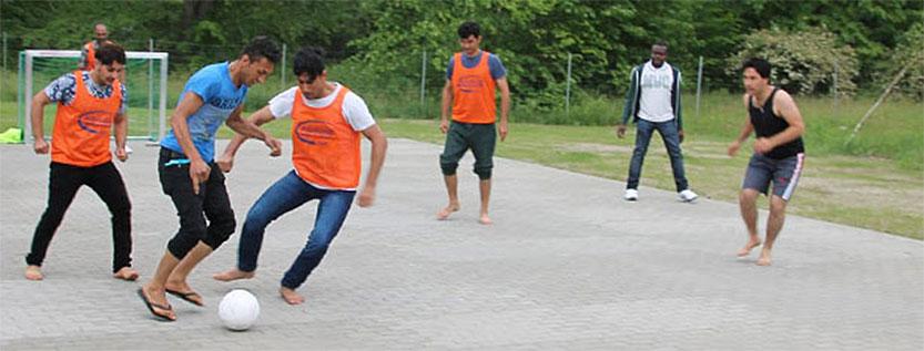 Soccer-Tore und Fußbälle übergeben