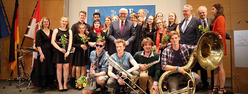 Gruppenbild mit Bundespräsident: Preisträger und Mitwirkende beim Steh-Auf-Preis 2017 (Foto: brandenburg.de)